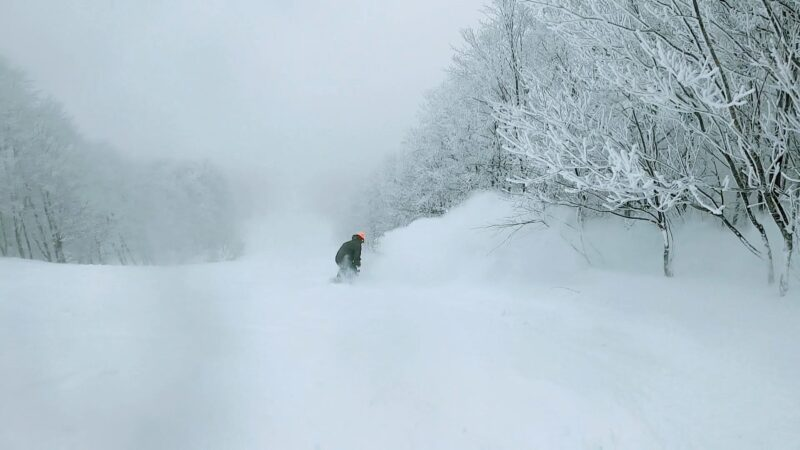 【大寒波の大雪大嵐 極上の雪-15度】運休の山形蔵王温泉スキー場  Enjoy-snowboarding-at-Yamagata-Zao-Onsen-Ski-Resort-with-light-powder-snow-due-to-heavy-snow-storm.jpg