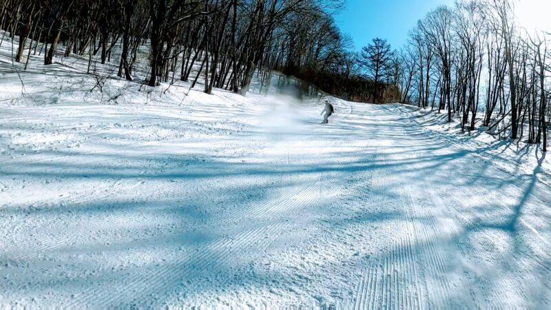 【樹氷が綺麗な場所2つ紹介 2月大快晴絶景】山形蔵王温泉スキー場 Enjoy-snowboarding-at-Yamagata-Zao-Onsen-Ski-Resort-in-February-under-clear-skies.jpg
