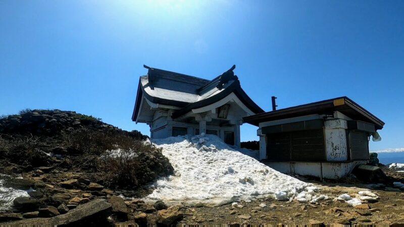 【蔵王エコーライン開通 春の絶景】雪壁8m お釜 熊野岳 刈田岳   Zao-Echo-Line-Opens-with-Great-Spring-Views.Enjoy-Mt.Zao-with-8m-Snow-Wall-and-Okama.jpg
